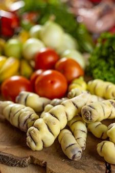 Wurzeln von mashua ein andengemüse und tomaten
