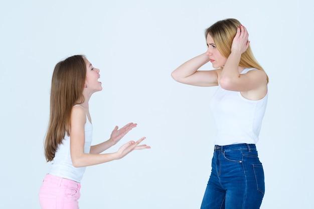 Wutanfall und schlechtes benehmen. familienprobleme. kleines mädchen schreit ihre mutter an