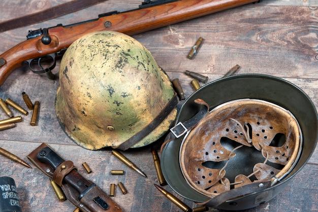Ww2 deutsche armee feldausrüstung mit helm und gewehr