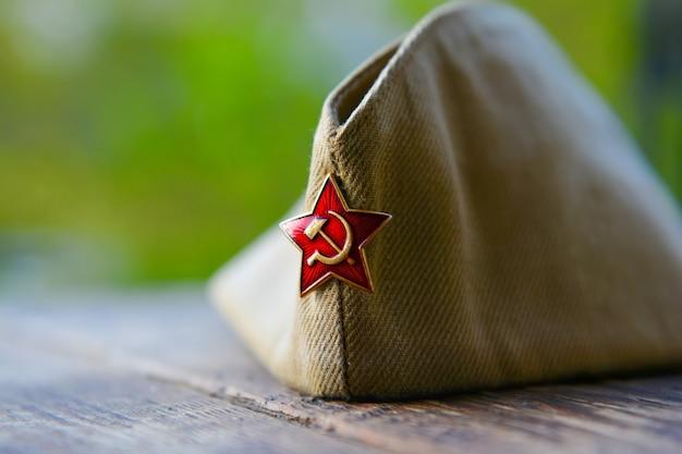 Wwii russische soldatenmütze mit rotem sternabzeichen, tag des sieges hintergrund