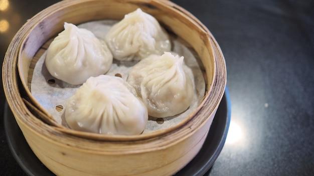 Xiao long bao oder gedämpftes schweinefleisch und suppenbrötchen oder dim sum. es ist gedämpftes chinesisches essen.