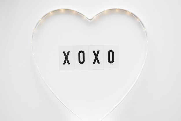 Xoxo schreiben in niedlichen herzen
