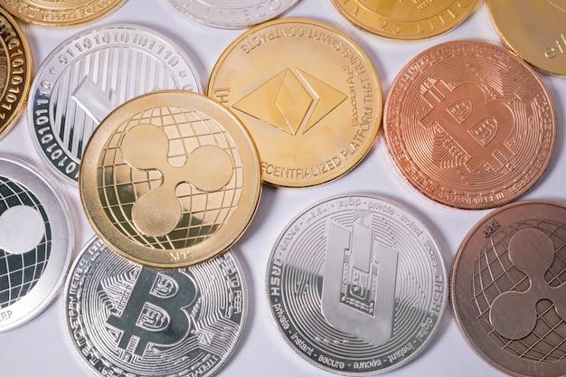Xrp-welligkeitsmünze bei anderen münzen. virtuelles kryptowährungskonzept.