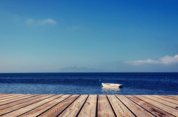 Yacht auf dem meer und dem himmel