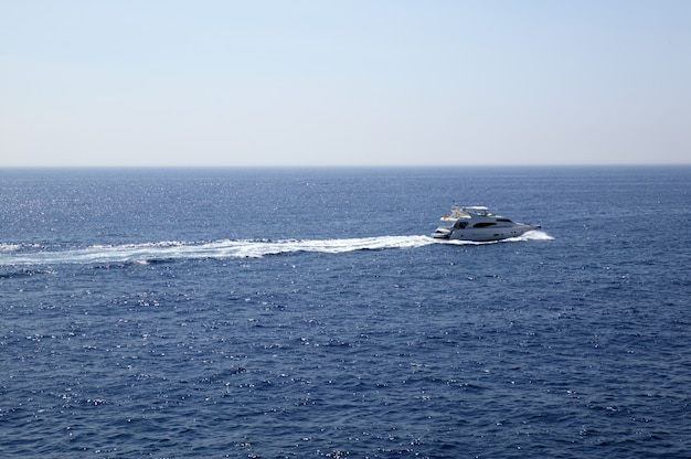 Yacht, boot, das mittelmeer kreuzt