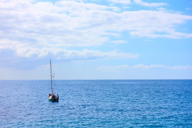 Yacht im meer am sommertag - seelandschaft
