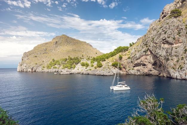 Yacht in erstaunlicher bucht des reinen sees - friedlicher sonnenaufgang