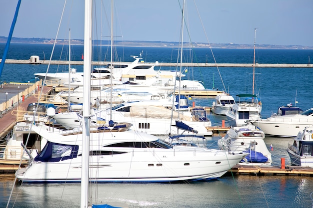 Yacht in odessa in der herbstzeit.