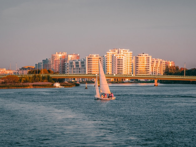 Yacht mit segeln treibt auf dem fluss