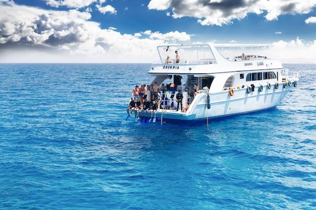 Yacht mit tauchern