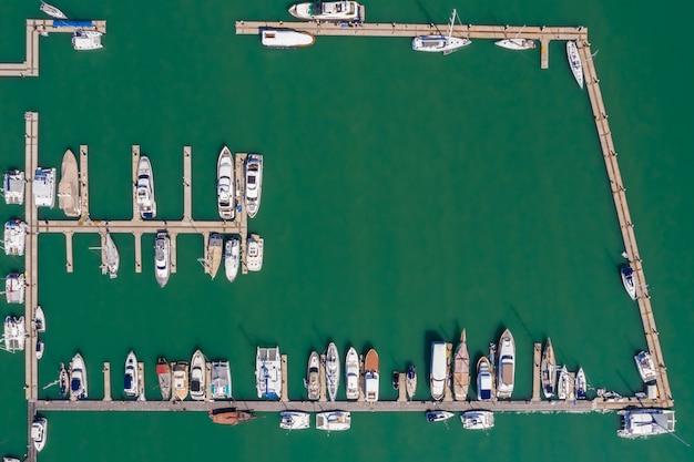 Yacht- und schnellbootparkplatz am meer
