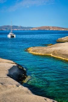 Yachtboot am sarakiniko-strand in der ägäis-meer-milos-insel griechenland