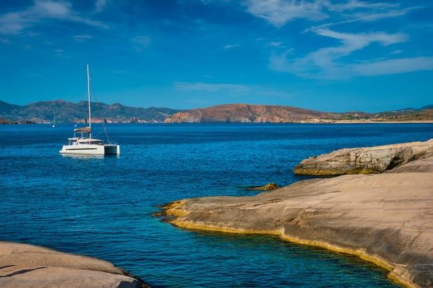 Yachtboot am strand von sarakiniko in der ägäis insel milos griechenland