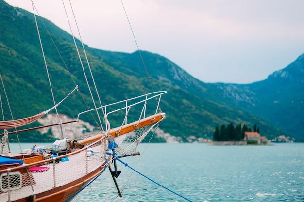 Yachten boote schiffe in der bucht von kotor