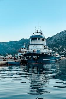Yachten und boote am pier