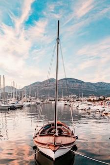 Yachthafen am erstaunlichen hinterhof mit stadt und bergen