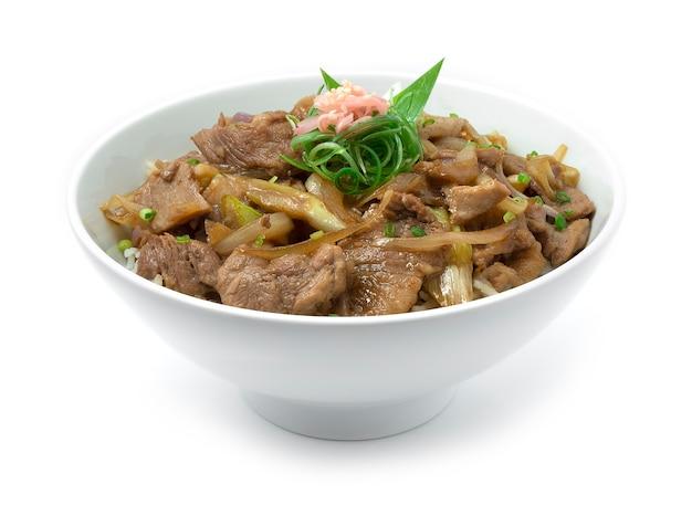 Yakibuta don slice schweinefleischzwiebeln auf reisrezept und eingelegtem ingwer