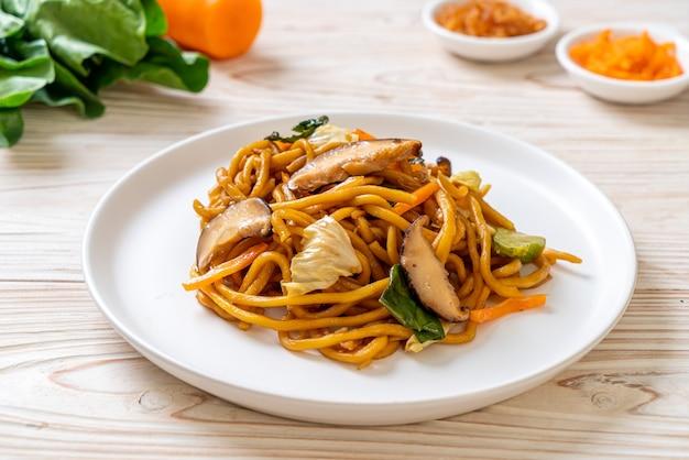 Yakisoba-nudeln, gebraten mit gemüse nach asiatischer art - veganes und vegetarisches essen