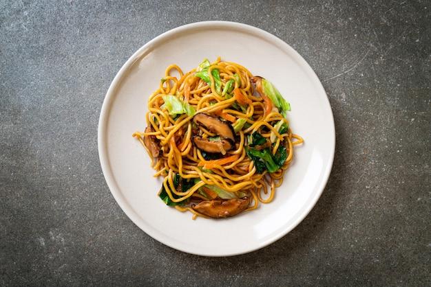 Yakisoba-nudeln gebraten mit gemüse nach asiatischer art - veganes und vegetarisches essen