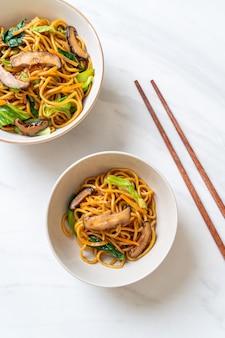 Yakisoba-nudeln, gebraten mit gemüse nach asiatischer art. veganes und vegetarisches essen