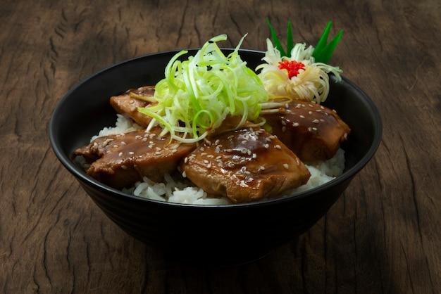 Yakitori don auf lauchscheibe mit sesam bestreuen hühnchen-teriyai-sauce