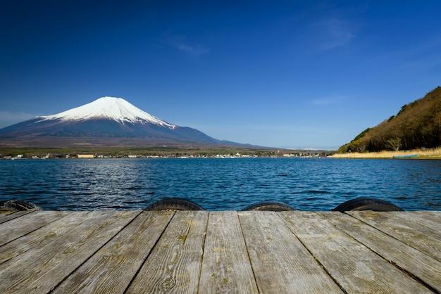 Yamanaka-see mit berg fuji-ansicht, japan.