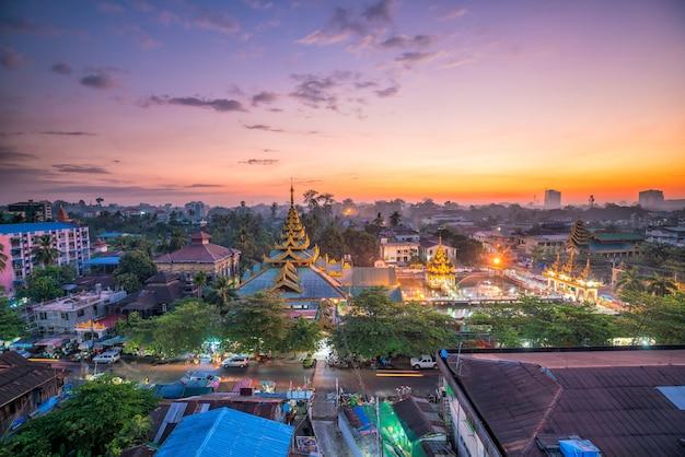 Yangon-skyline in myanmar mit schönem sonnenaufgang