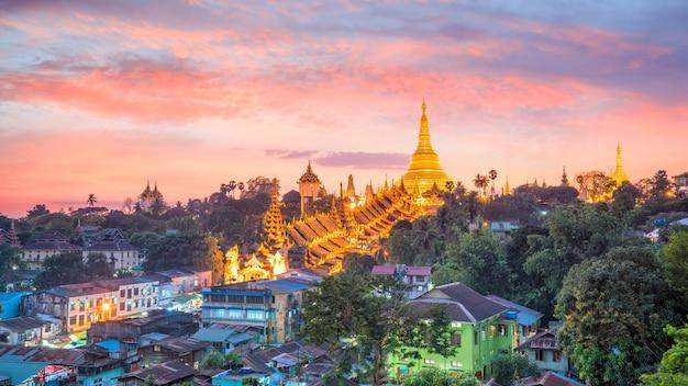 Yangon-skyline mit shwedagon-pagode in myanmar bei sonnenuntergang