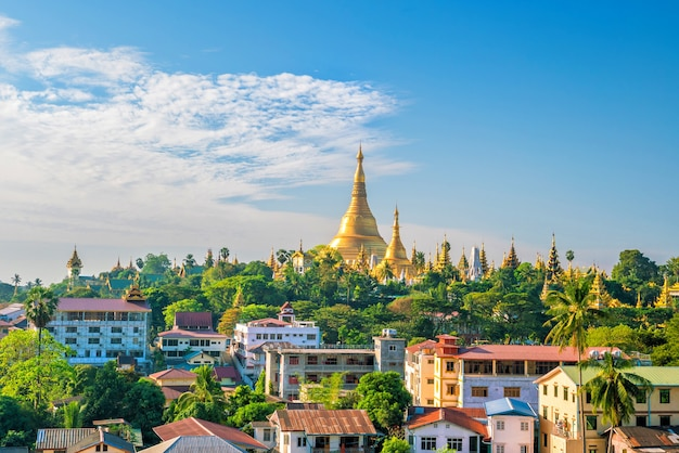 Yangon-skyline mit shwedagon-pagode in myanmar mit blauem himmel