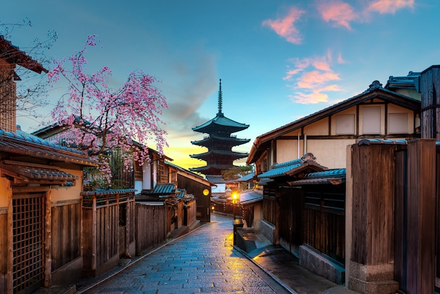 Yasaka pagoda und sannen zaka street mit kirschblüte morgens, kyoto, japan