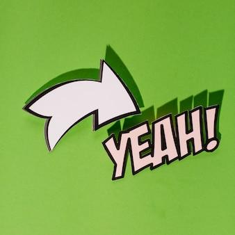 Yeah text mit weißem pfeil wegweiser auf grünem hintergrund
