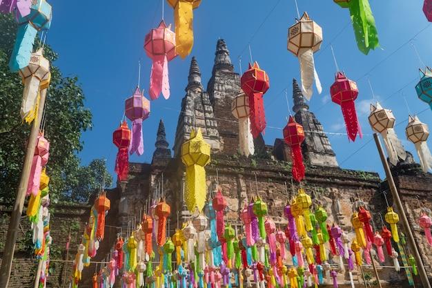 Yee peng festival (yi peng) chiang mai. papierlaternen verziert im jed-yod-tempel.