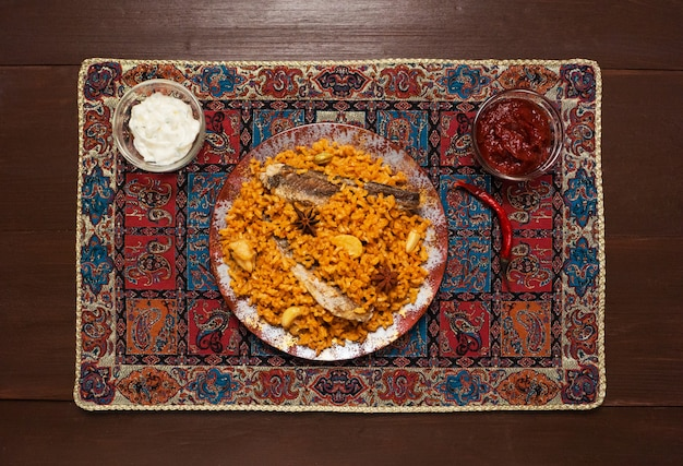 Yemeni style siadeah - fisch kabsa. gemischte reisgerichte mit ursprung im jemen. nahöstliches essen.