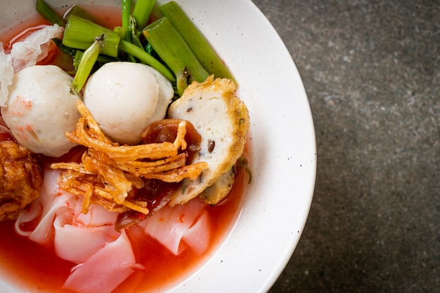(yen-ta-four) - nudel nach thailändischer art mit verschiedenen tofus und fischbällchen in roter suppe