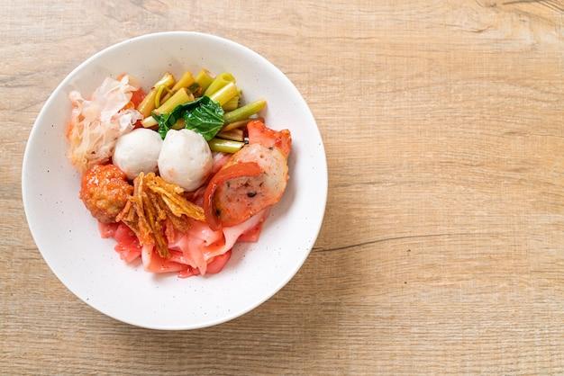 (yen-ta-four) - trockene nudel nach thailändischer art mit verschiedenem tofu und fischbällchen in roter suppe - asiatische küche