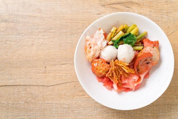 (yen-ta-four) - trockene nudel nach thailändischer art mit verschiedenem tofu und fischbällchen in roter suppe