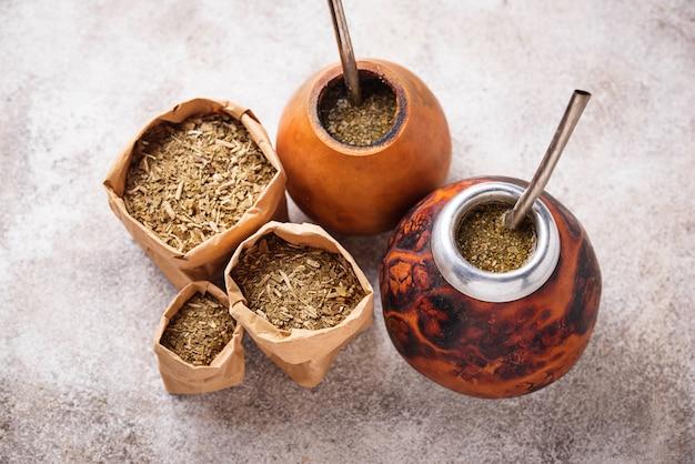 Yerba mate-tee mit kalebasse und bombilla.