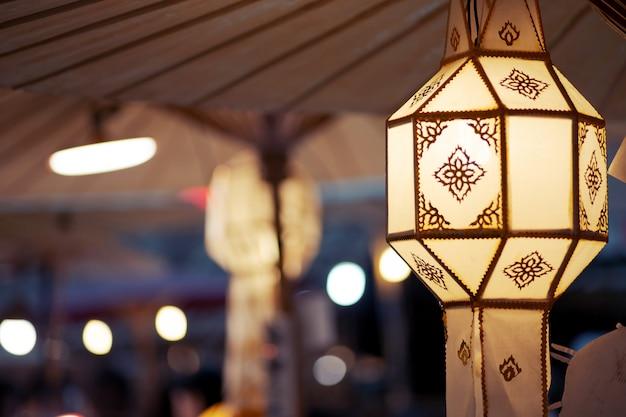 Yi peng oder lanna chrom, nordart der thailändischen hängenden hellen laternenlampe