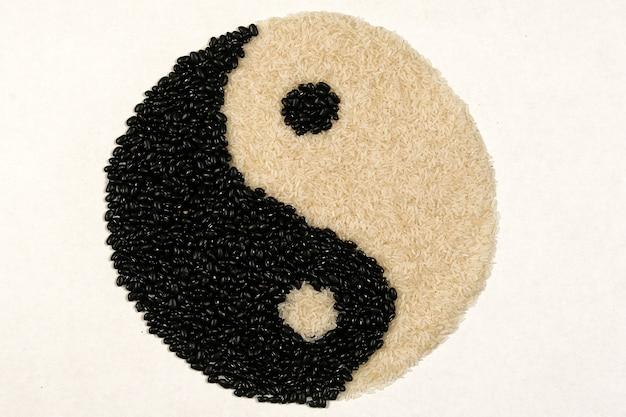 Yin yang symbol gebildet durch reiskörner und bohnen