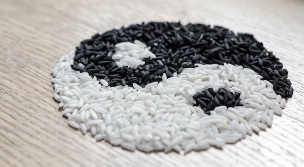 Yin yang sympol aus schwarzem und weißem reis
