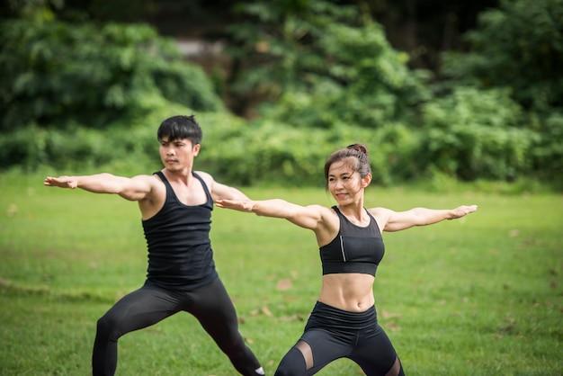 Yoga-aktionsübung gesund im park