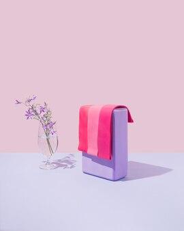 Yoga-block mit leuchtend rosa gluteus-gummibändern für heim- oder fitnessstudio-trainingssportgeräte.