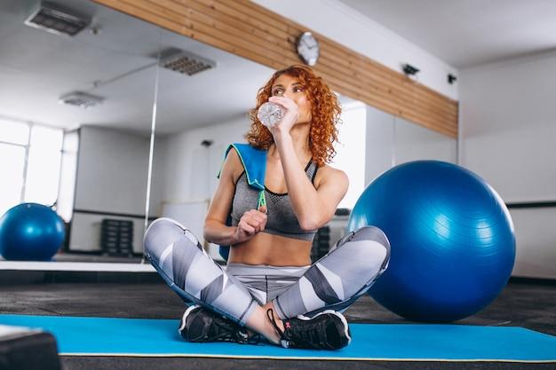 Yoga-eignungstrainer in der turnhalle