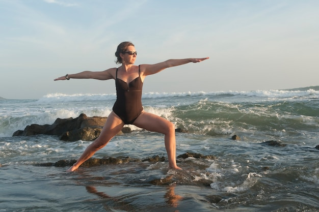 Yoga entlang mal pais-küstenlinie in san jose costa rica