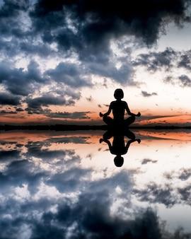 Yoga frau an der küste