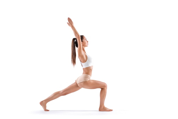 Yoga frau posiert isoliert auf weißem hintergrund. motivation zum üben von yoga.