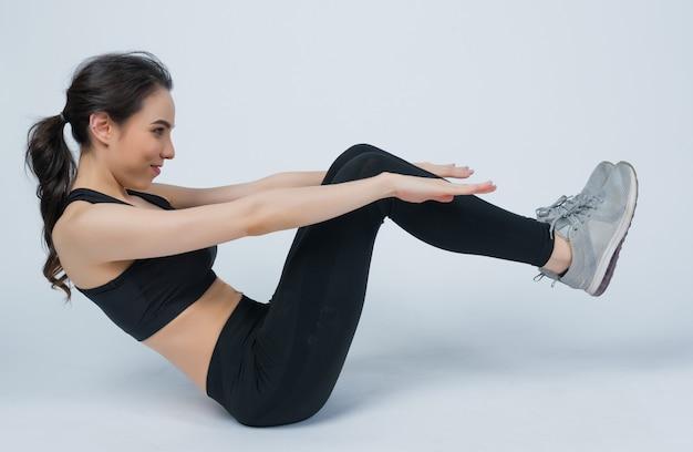 Yoga-frauen sitzen auf dem boden, entspannen zeit nach dem training, fitness-frauen
