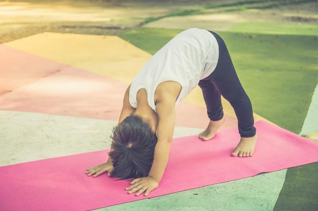 Yoga für jungen im alter von 3-4 asiatischen jungen