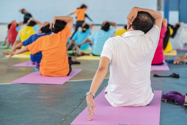 Yoga für senioren in einer sportklasse