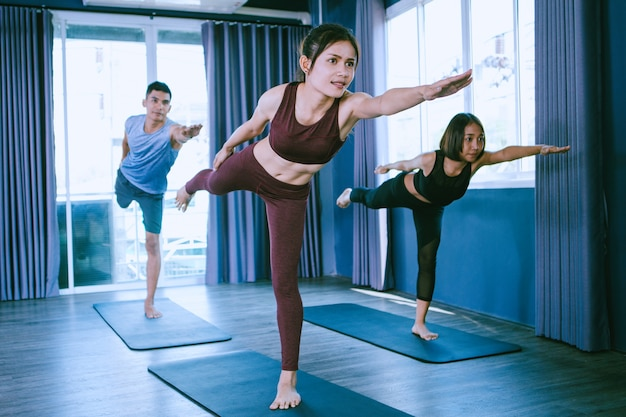 Yoga gruppenkonzept; jugendliche, die yoga im unterricht praktizieren; ruhe fühlen und entspannen im yogaunterricht